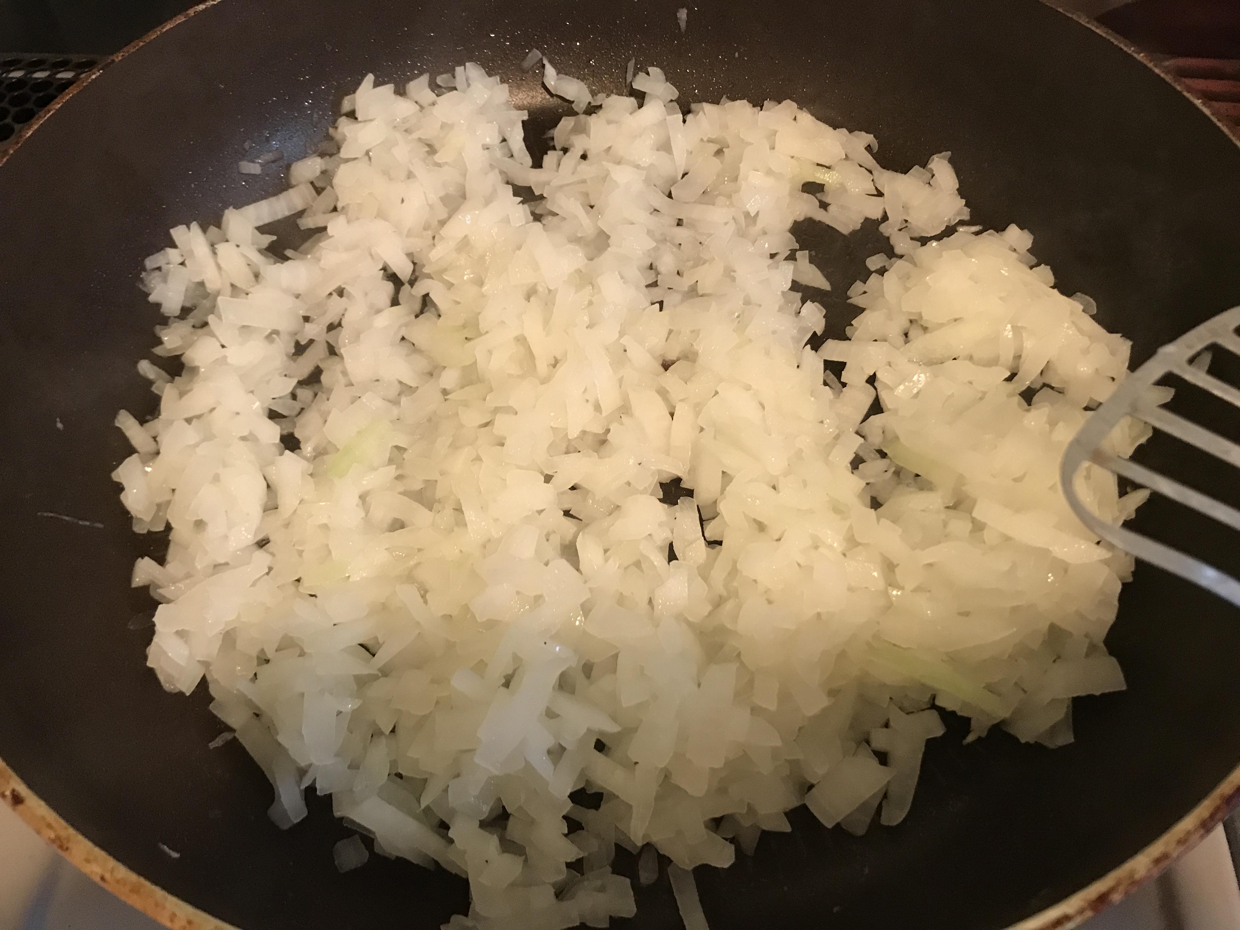 タコスミートのための玉ねぎを炒める